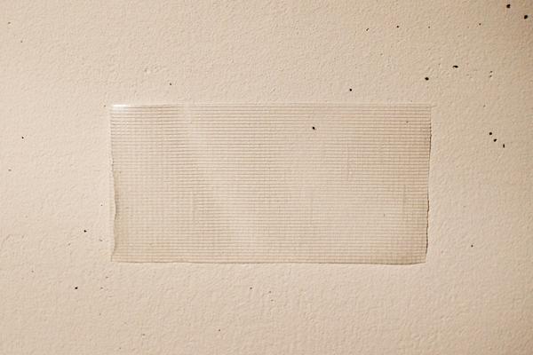 壁に貼ります