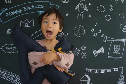 4のナンバークッションで、オシャレにキメた4歳のバースデーフォト
