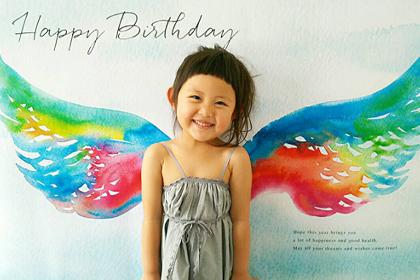 カラフルな羽がとってもお似合い!こちらが元気をもらえる4歳のバースデーフォト