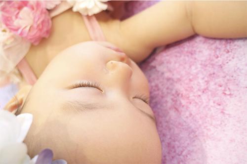 おうち写真館 1歳誕生日 女の子の写真 ファーストバースデー ニットクラウン 1歳 誕生日 写真 セルフ おうち 撮影 バースデーフォト 女の子赤ちゃん 成長記録 かわいい写真 ベビーフォト 0歳 花冠