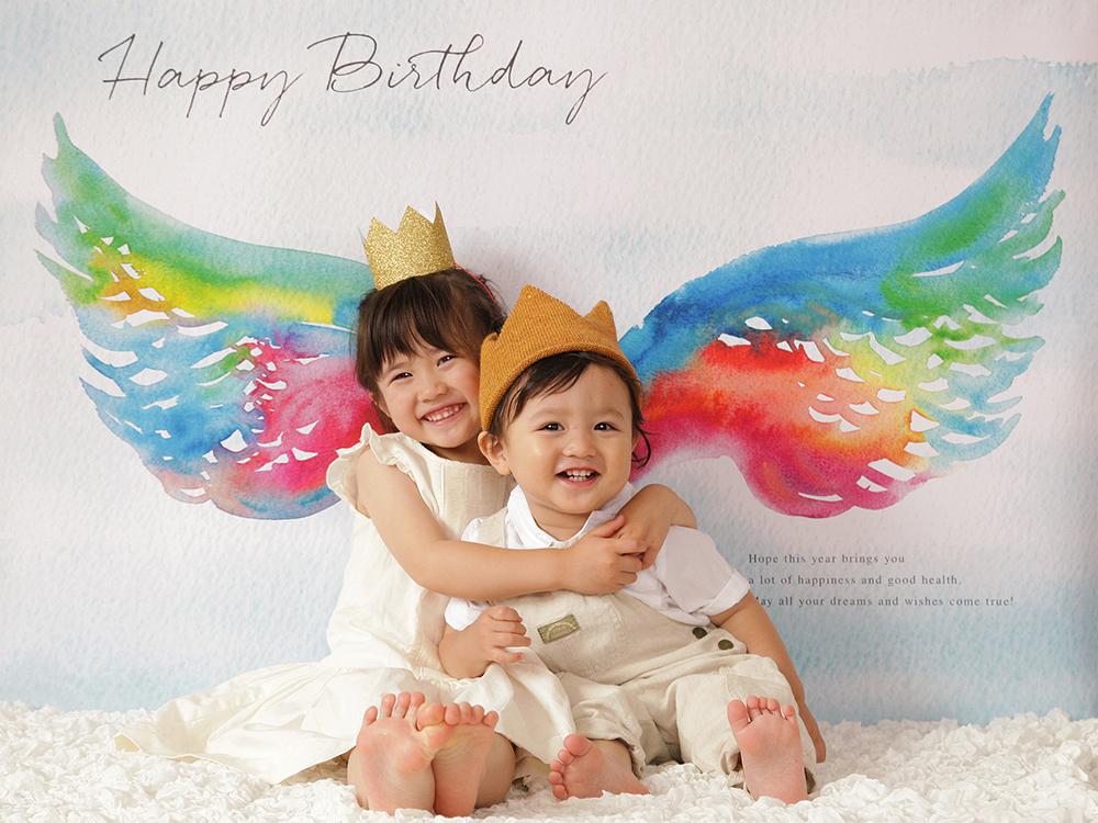 自宅で簡単に。誕生日写真が撮れる「おうち写真館」は1度買えば、何回も楽しめる!こんな風に兄弟での撮影もオススメ!