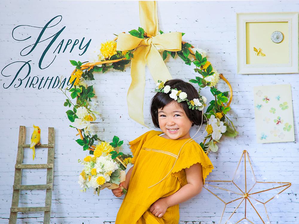 誕生日写真を自宅で簡単に撮れる「おうち写真館」こちらのデザインはhappiness white