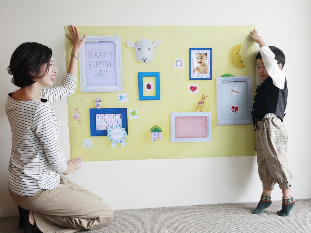 おうち写真館の準備は簡単。壁に1枚貼るだけで、自宅で簡単に誕生日写真を撮ることができますよ。