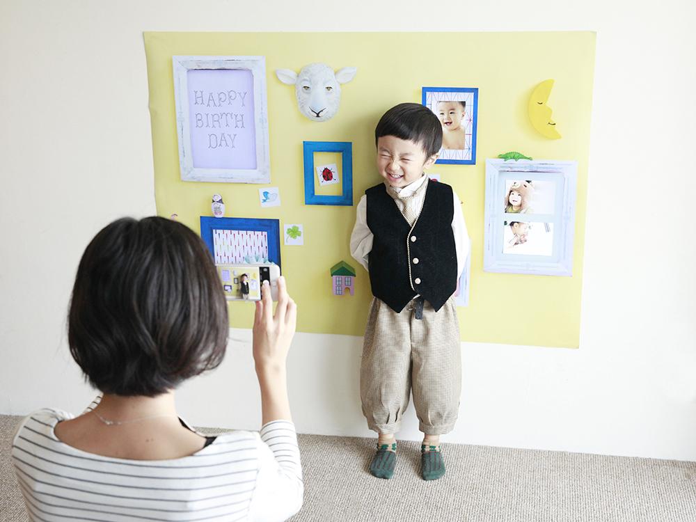 おうち写真館の準備は簡単。壁に1枚貼るだけで、自宅で簡単にスマホでも撮ることができますよ。