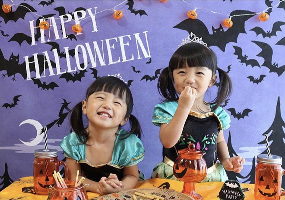 ハロウィン背景 おうち写真館のお客様から届いた写真 お菓子を食べながらニコニコ笑顔の写真