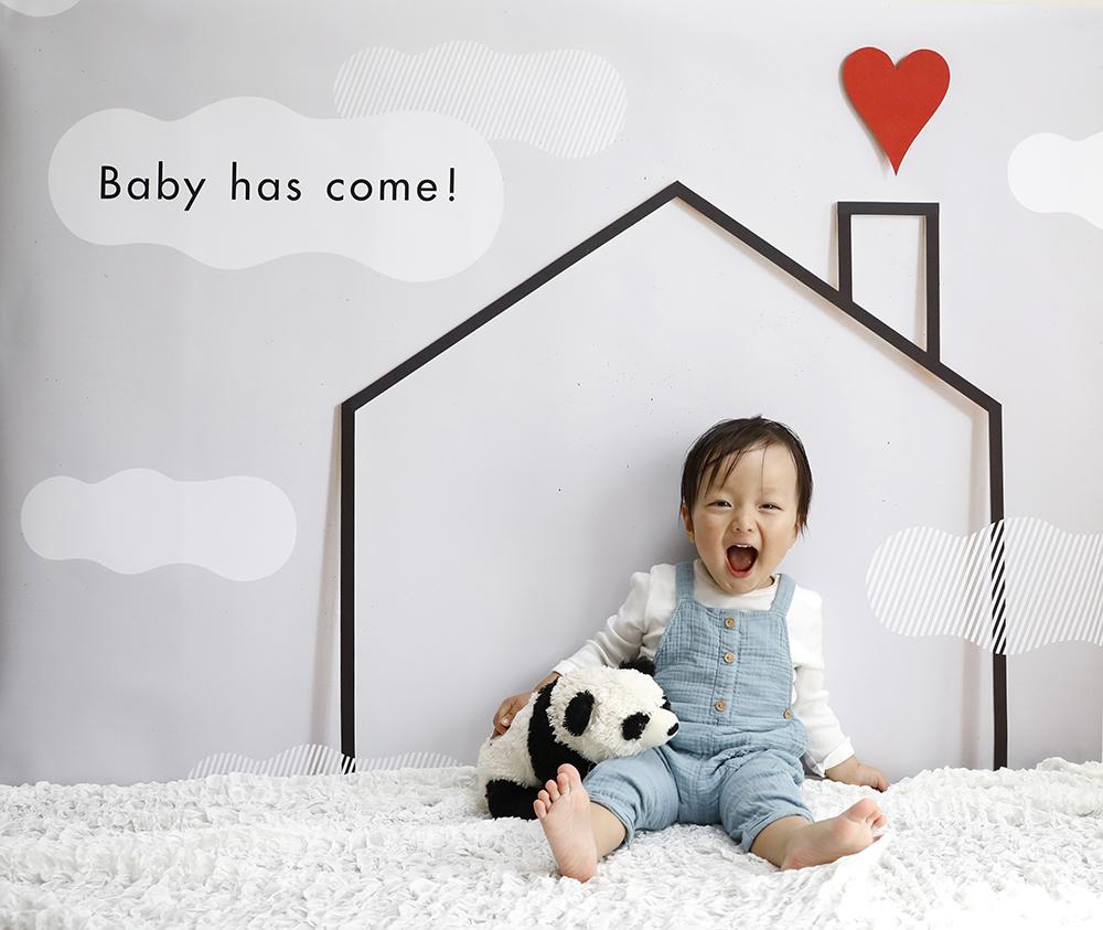 自宅で簡単に誕生日写真を撮ることができます。デザインは「Baby has come」