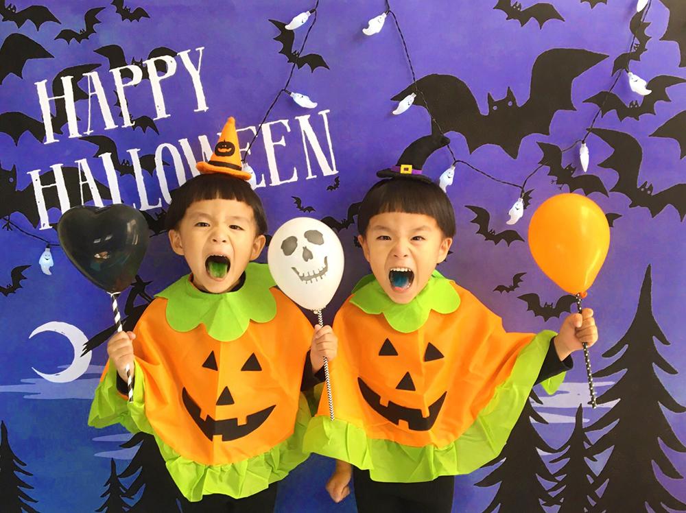 ハロウィン背景 デザイン Halloween night グラこころ 男の子二人の写真 かぼちゃポンチョ ハロウィンカチューシャ