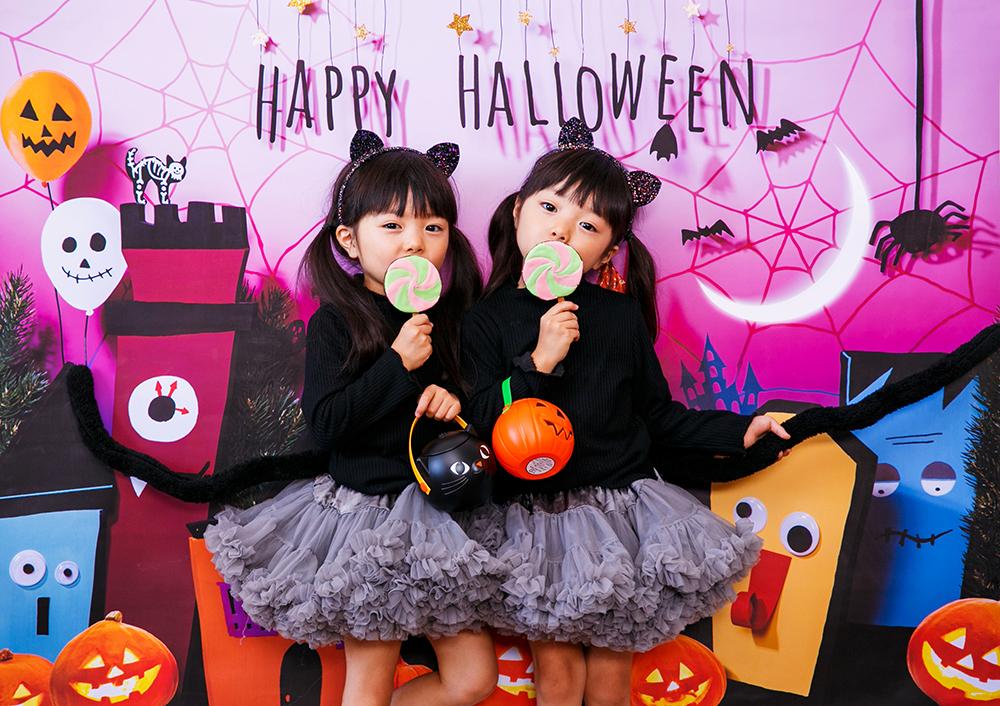 ハロウィン背景 デザイン Trick town グラこころ 女の子二人の写真 黒猫 仮装 ハロウィンカチューシャ