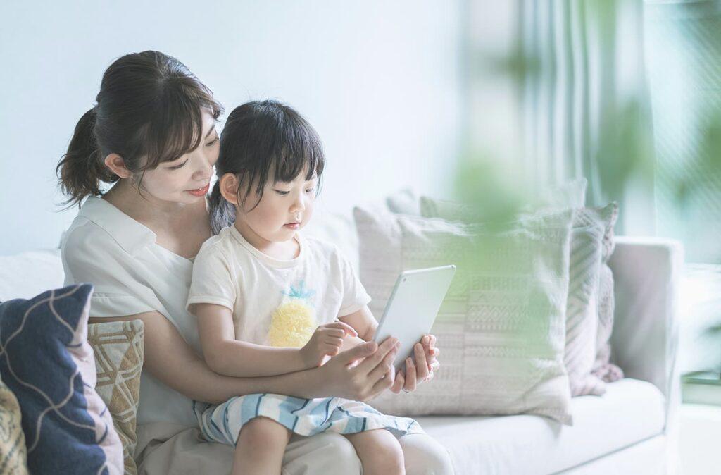 ママとお子さんで、タブレットを見ながら、デザインや衣装を選んでいる写真