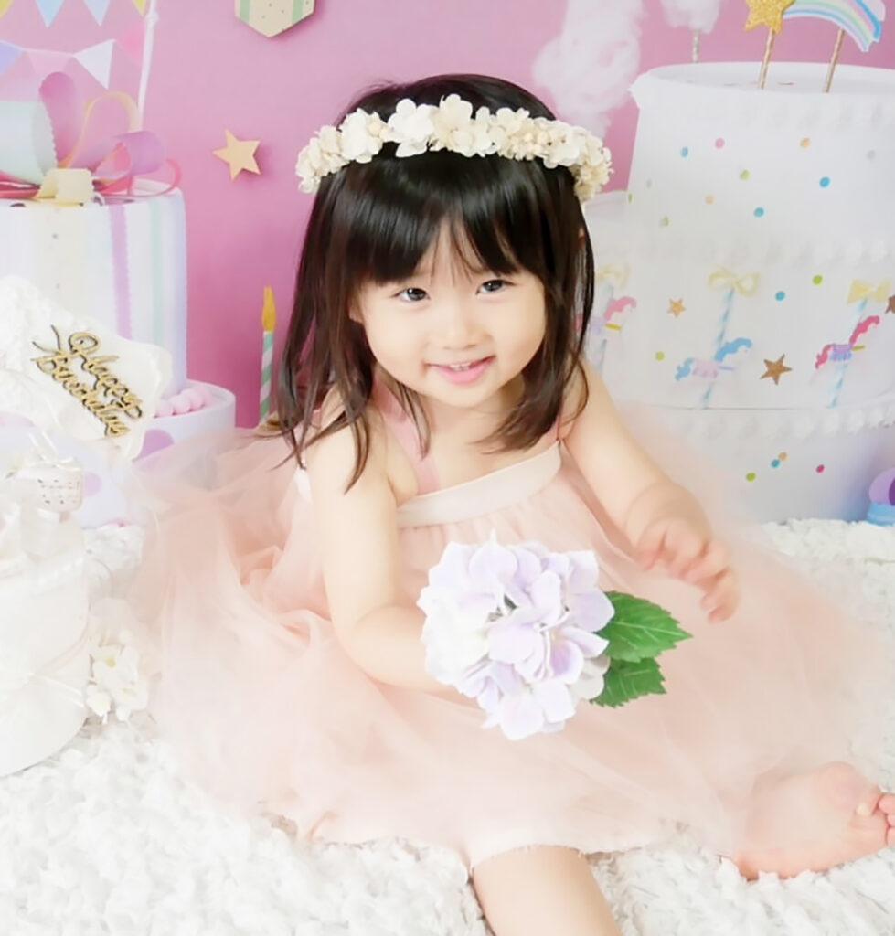 おうち写真館 2歳誕生日 女の子の写真 バースデー 花冠 2歳 誕生日 写真 セルフ おうち 撮影 バースデーフォト ミニブーケ 誕生日飾り付け 誕生日背景 MARLMARL マールマール チュチュドレス チュールドレス